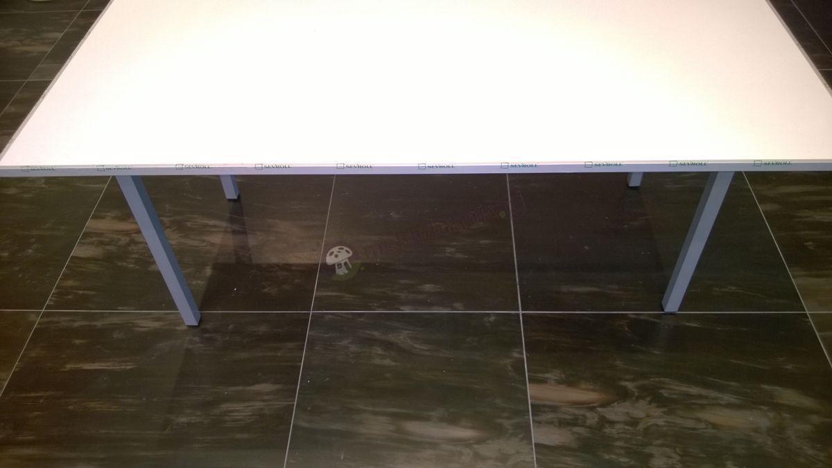 Stół bankietowy na nogach w kolorze metalik