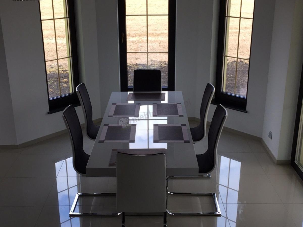 Stół biały połysk rozkładany Linosa 2 w eleganckim, dobrze oświetlonym pomieszczeniu