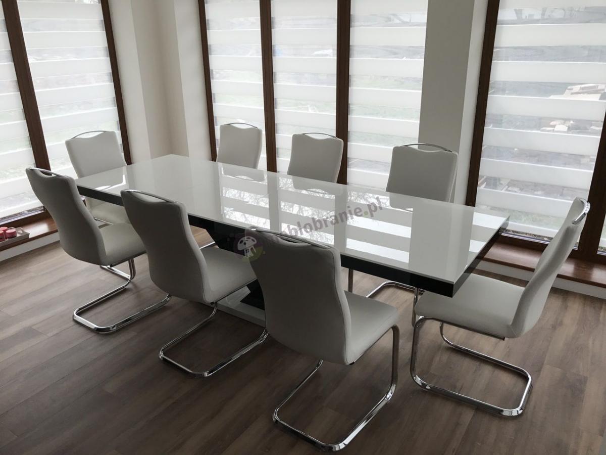 Stół biały rozkładany do jadalni w nowoczesnej aranżacji