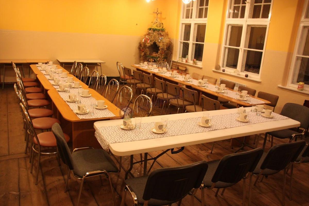 Stół cateringowy bankietowy składany ogrodowy podczas przyjęcia