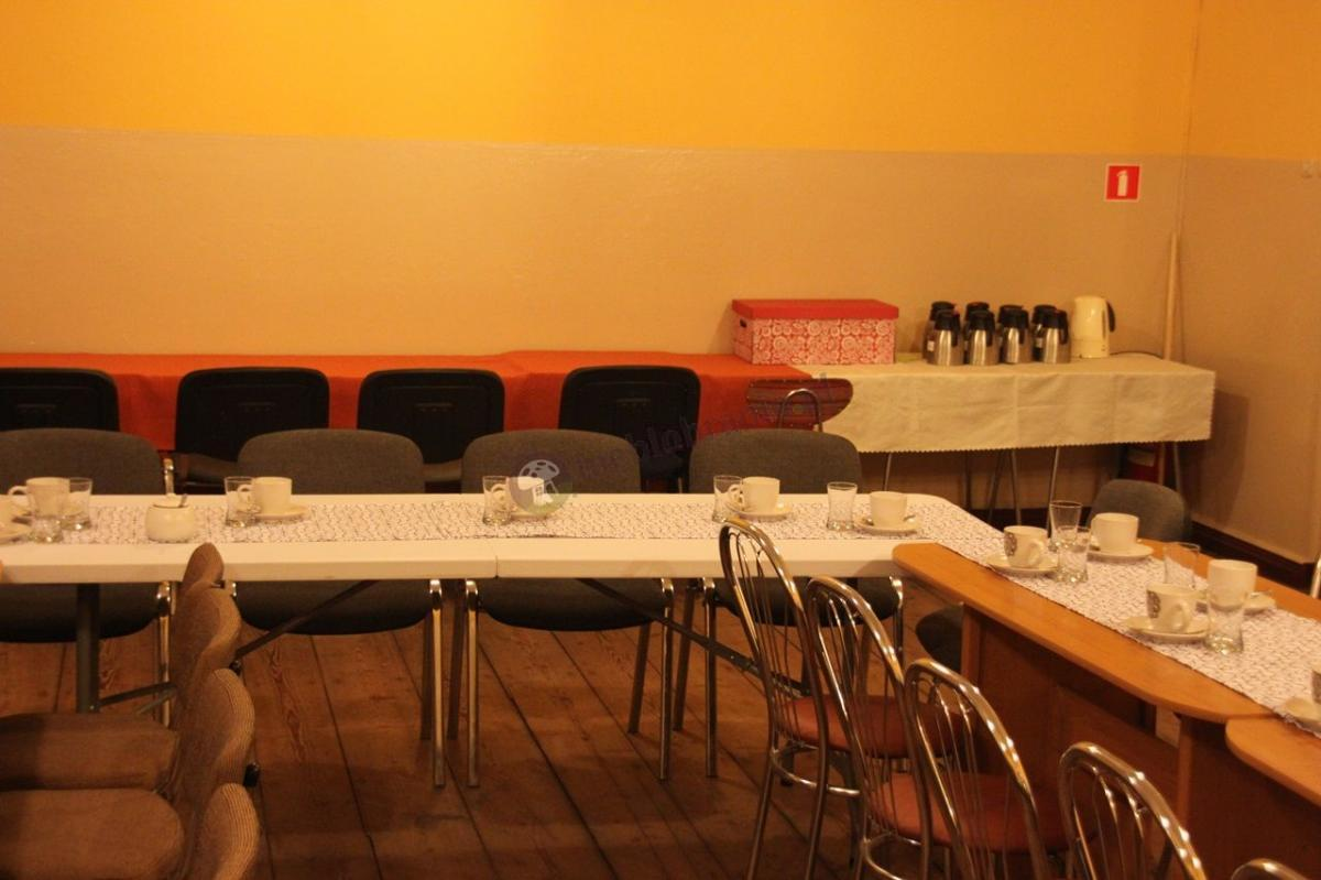 Stół cateringowy składany w walizkę używany na przyjęciu