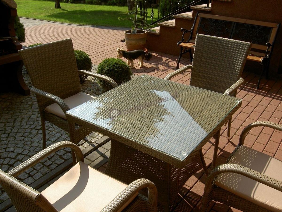 Stół i krzesła technorattan z poduszkami latte na tarasie