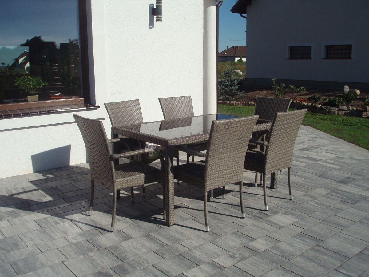 Stół i krzesła z technorattanu na szarym tarasie