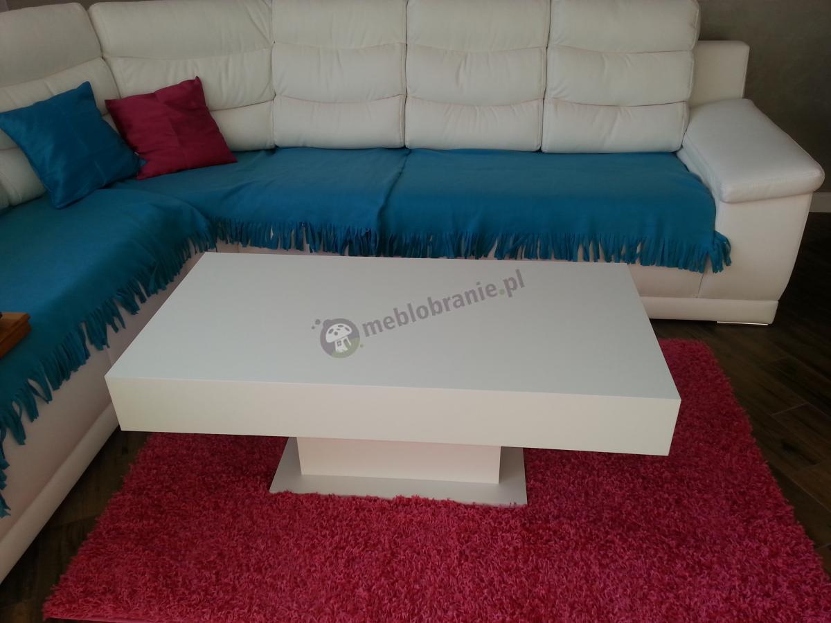 Stół kawowy w nowoczesnym stylu Orido w połączeniu z czerwonym dywanikiem i jasną kanapą