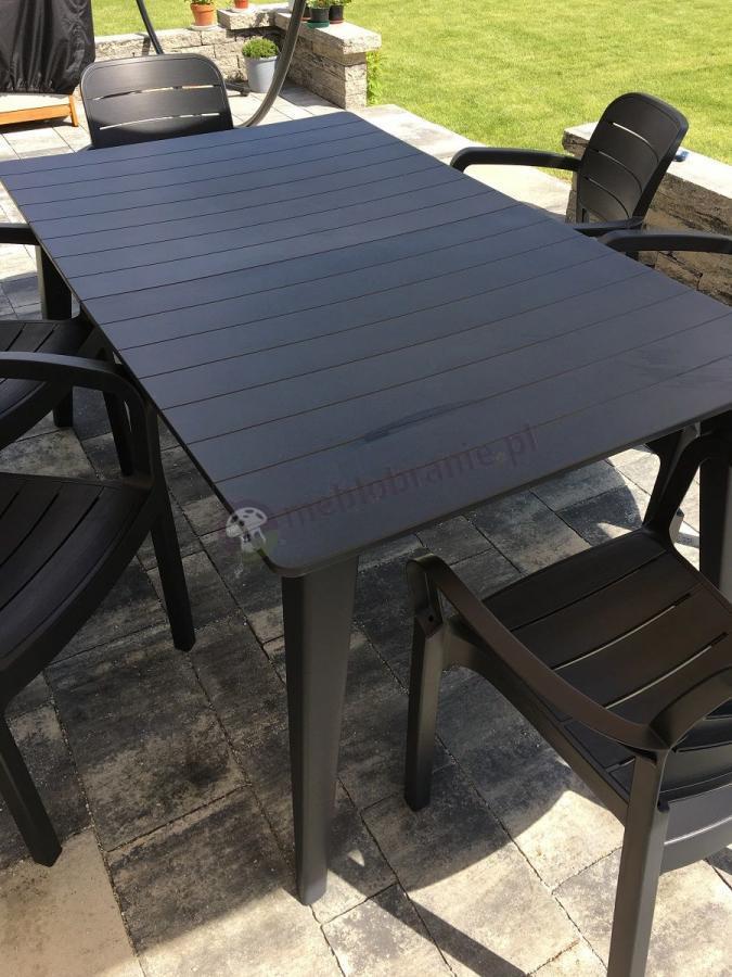 Stół ogrodowy plastikowy o eleganckim wykończeniu
