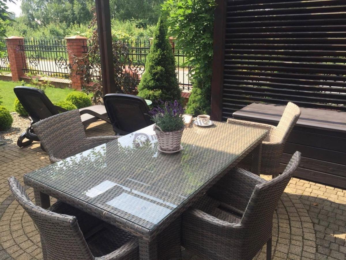 Stół prostokątny do ogrodu z szybą i fotelami oraz skrzynią na poduszki