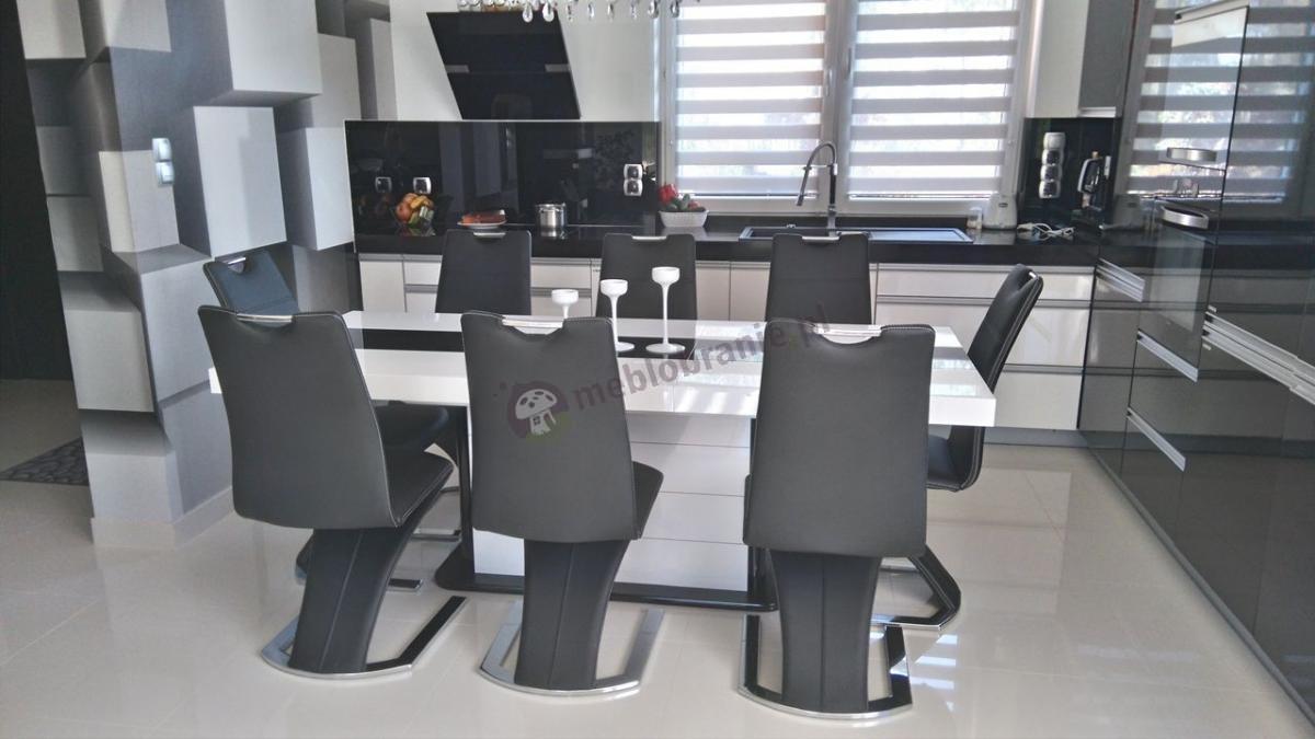 Stół w wysokim połysku Pianosa w eleganckiej kuchni