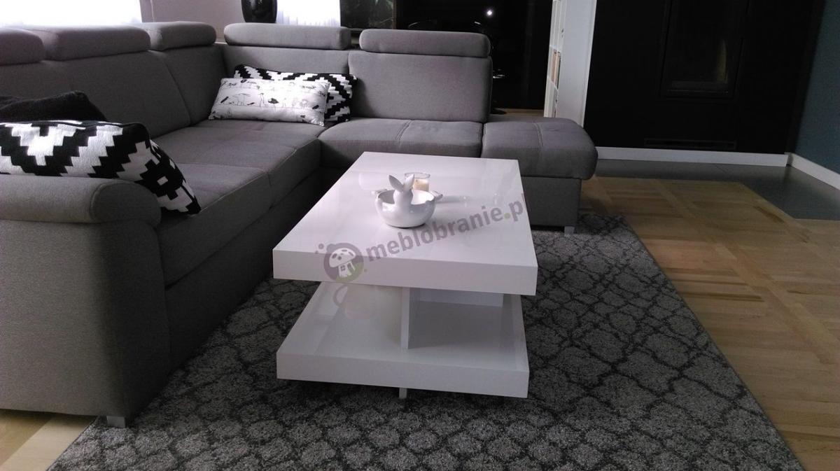 Stolik do kawy w eleganckim nowoczesnym salonie
