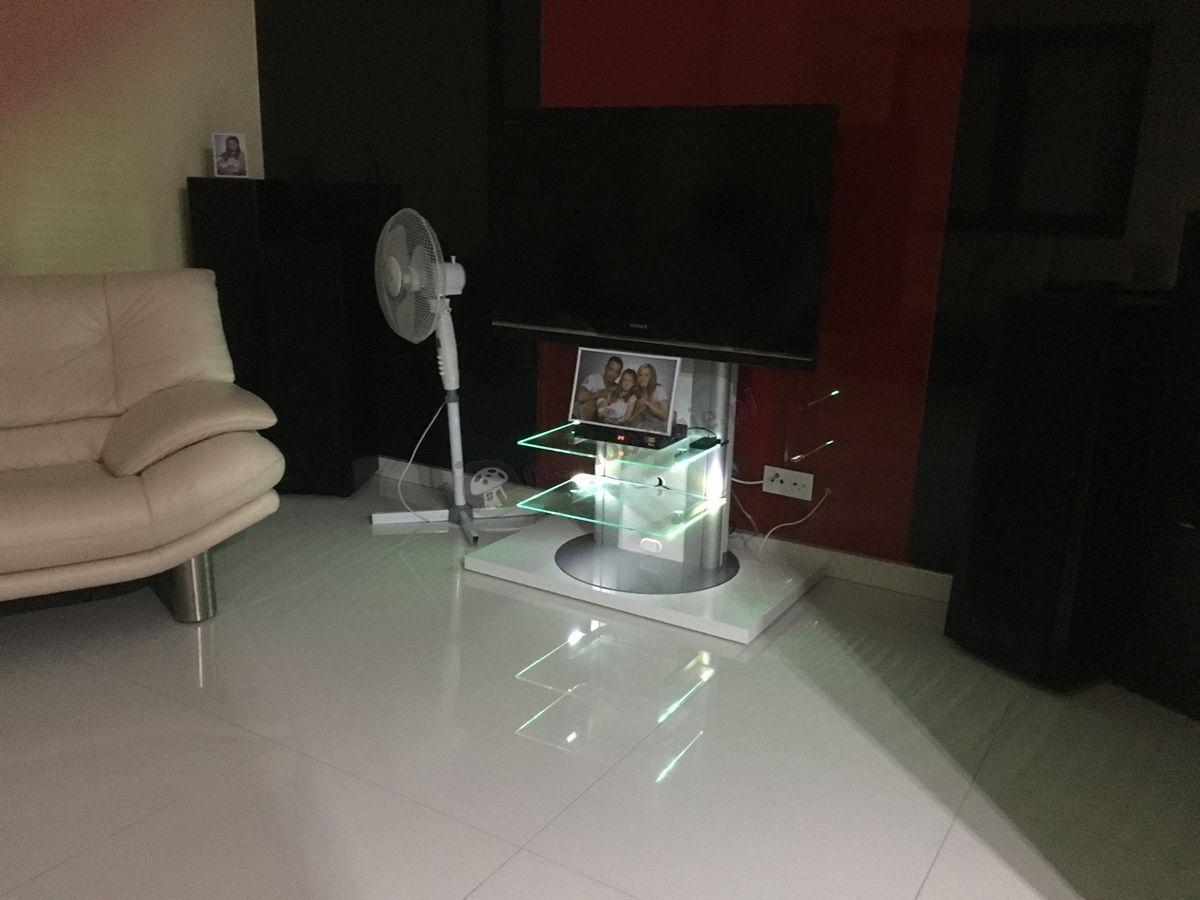 Stolik do telewizora podświetlony przez klienta