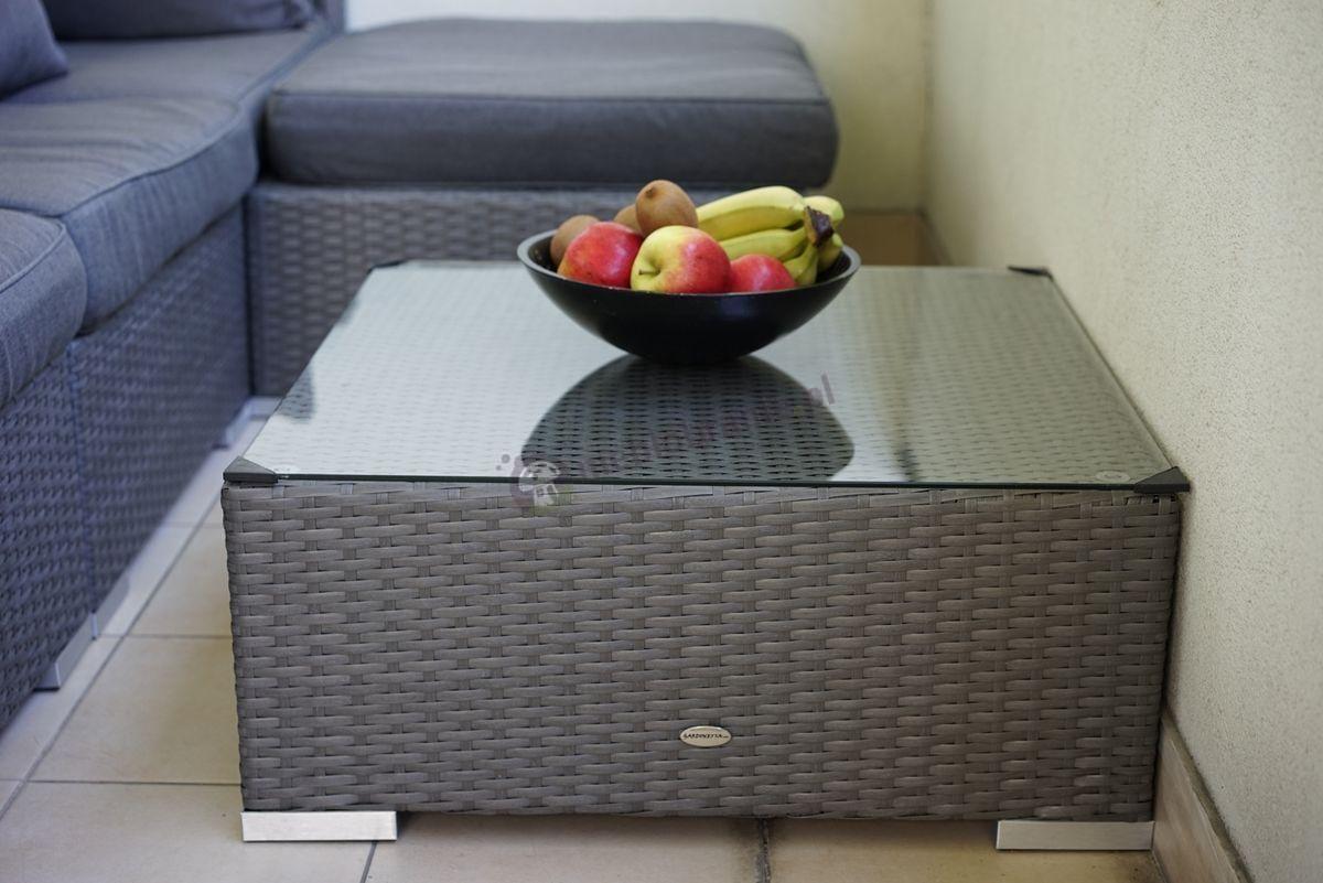Stolik z technorattanu szary z miską świeżych owoców