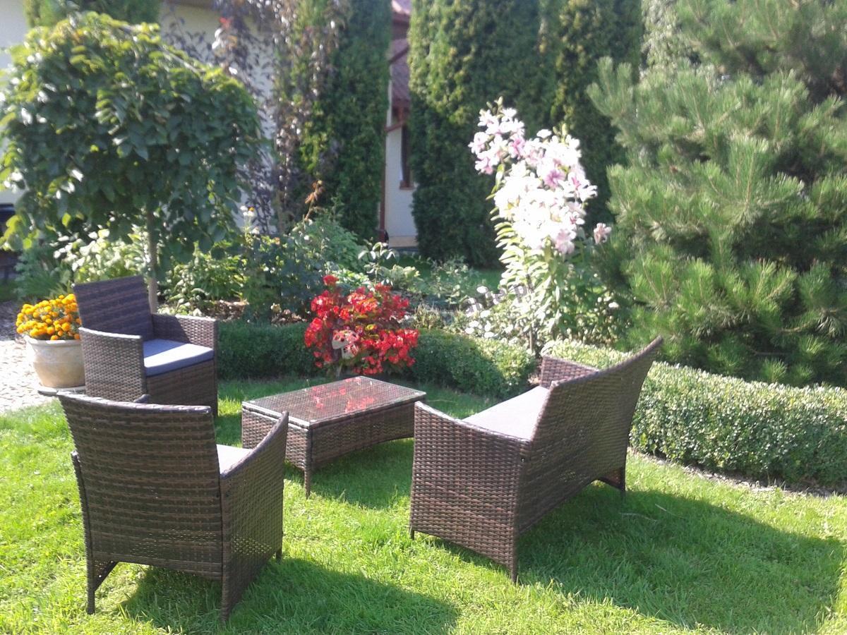 Stoliki ogrodowe z technorattanu z wygodnymi siedziskami