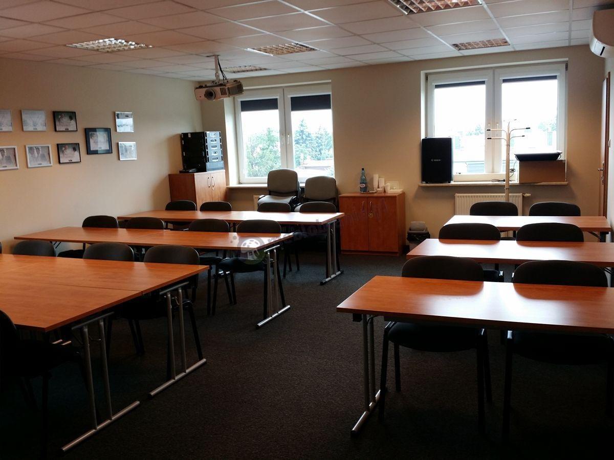 Stoły konferencyjne olcha w dużej sali wykładowej