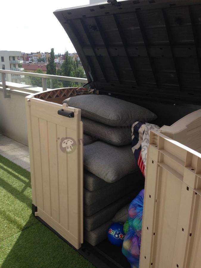 Szafa balkonowa wykorzystywana jako schowek na poduszki