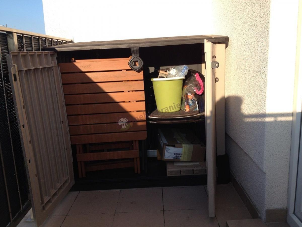 Szafa ogrodowa na narzędzia Keter używana na balkonie