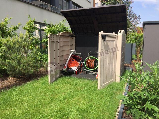 Szafa ogrodowa na narzędzia Keter w pięknym ogrodzie