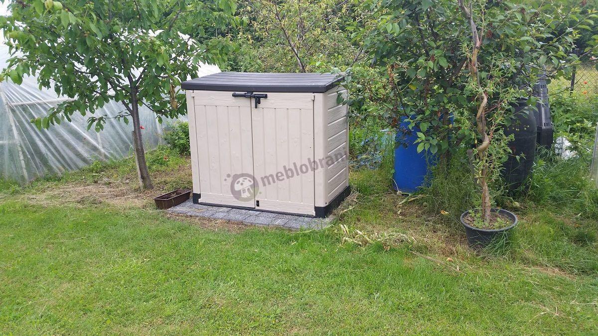 Szafa ogrodowa plastikowa w sąsiedztwie tunelu foliowego