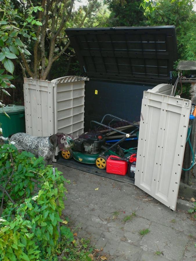 Szafa plastikowa ogrodowa z kosiarką i akcesoriami