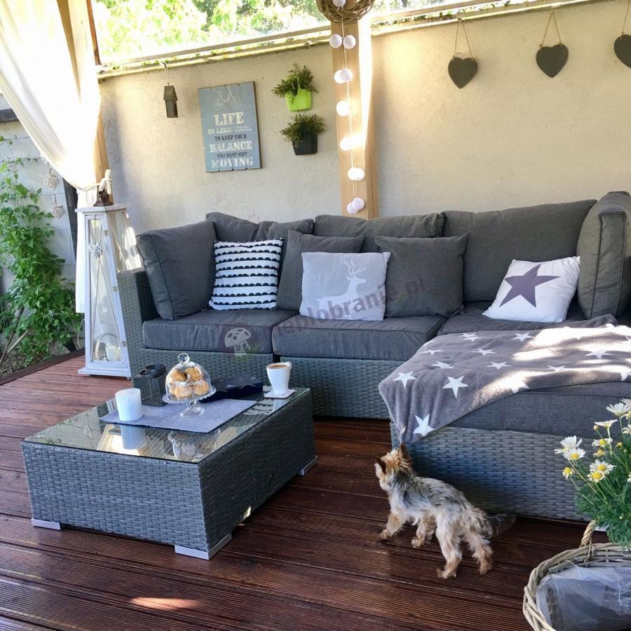 Szara rogówka ogrodowa z kwadratowym stolikiem i grubymi poduszkami