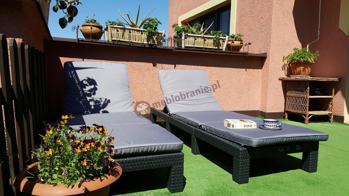 Szare leżaki do ogrodu z poduszkami i regulowanym oparciem