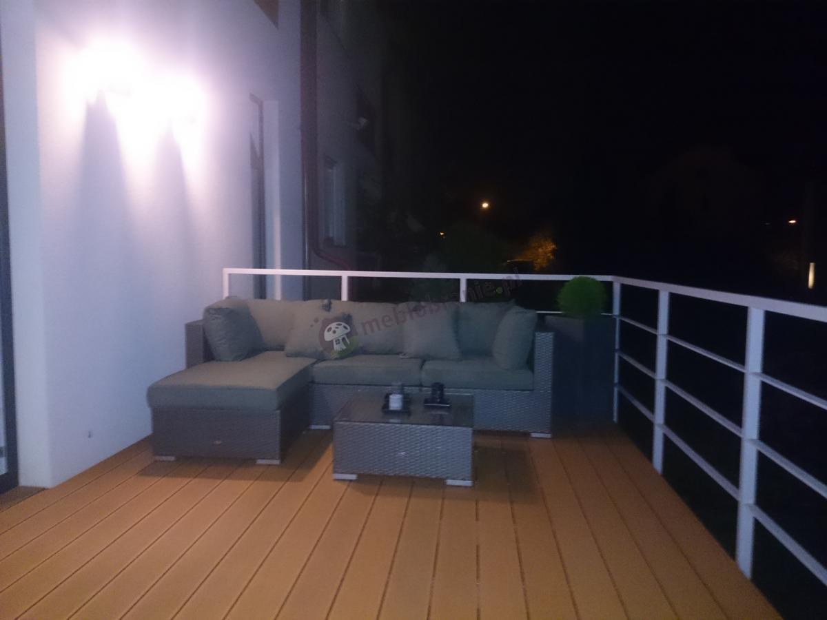 Szare meble balkonowe Nilamito z plecionki technorattanowej nocną porą