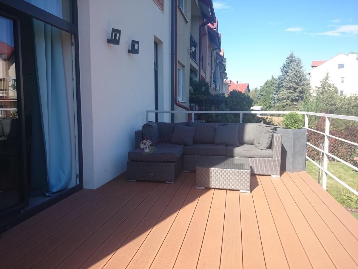 Szaro-brązowy zestaw ogrodowy Nilamito na balkonie domku szeregowego