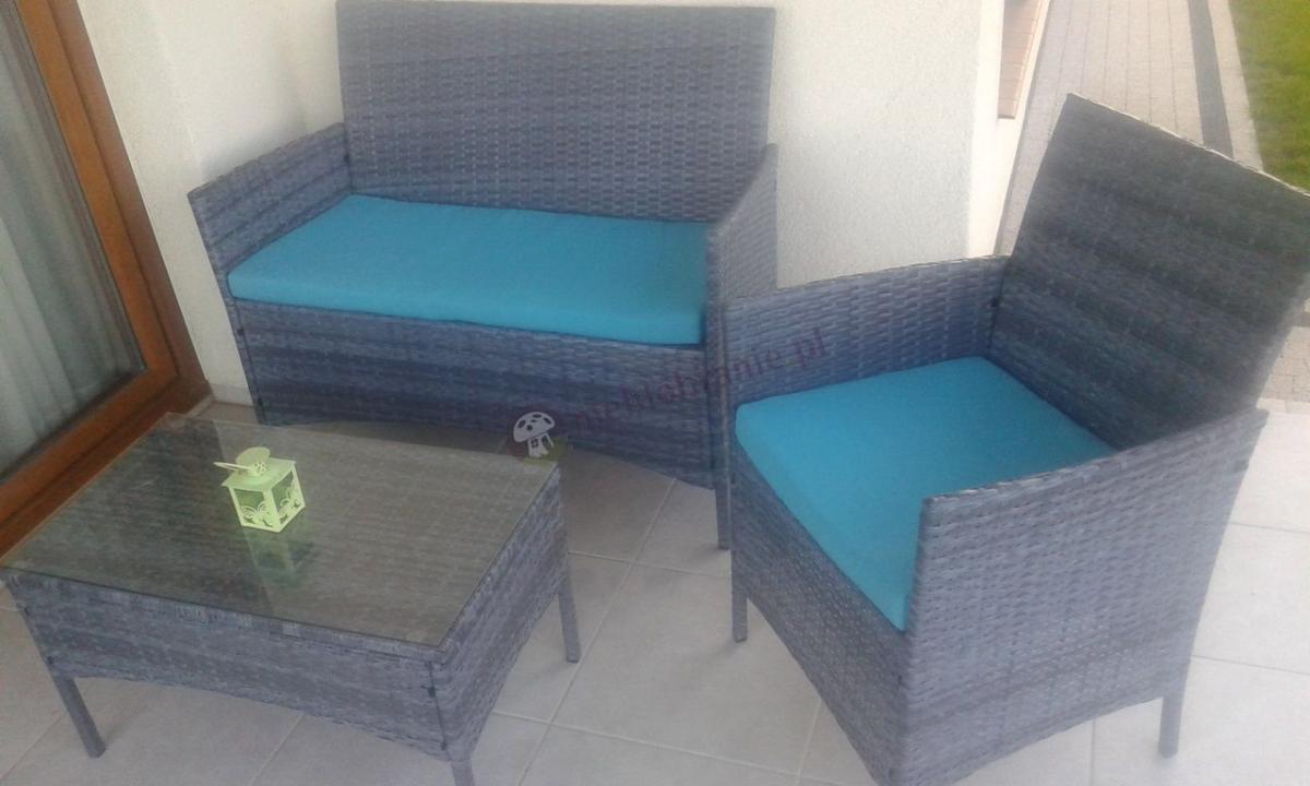 Szary zestaw mebli technorattan z niebieskimi poduszkami