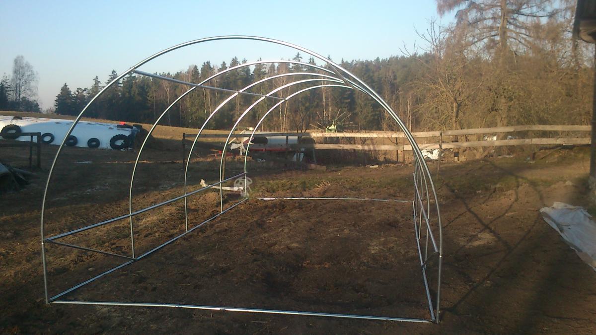 Szkielet metalowego foliaka na pomidory Focus Garden przed założeniem folii.
