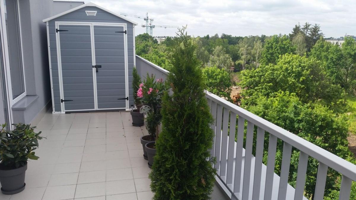 Tani domek narzędziowy na balkon Keter Manor 6x5DD