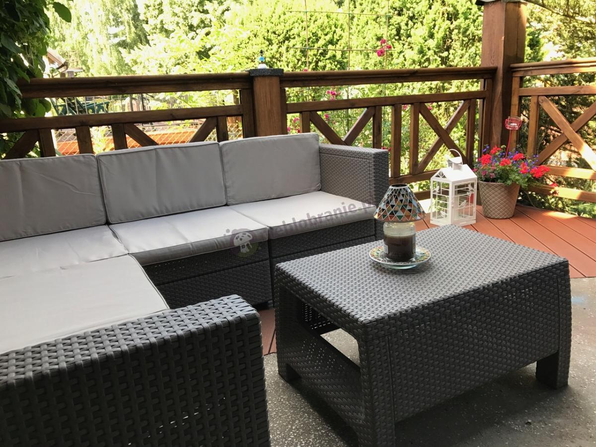 Tani narożnik z poduszkami na oparcie i dużym stolikiem kawowym Corfu