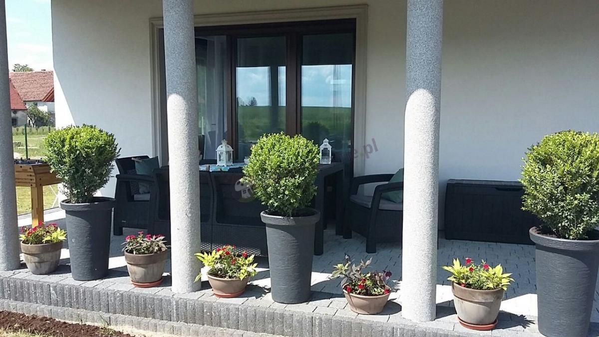 Taras z meblami ogrodowymi z dużym stołem Corfu Fiesta Curver