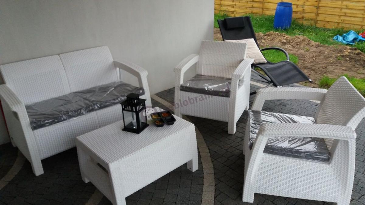 Technorattan Corfu biały z szarymi poduszkami na niewielkim tarasie