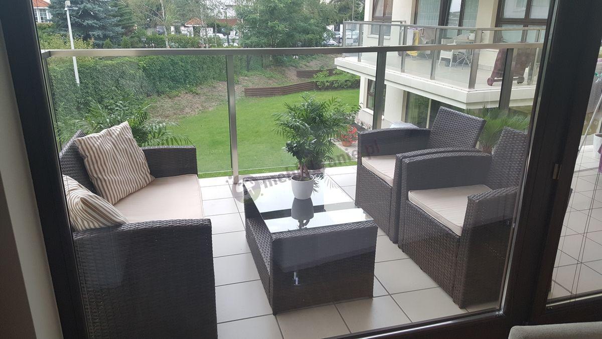 Technorattan meble ogrodowe używane na dużym balkonie