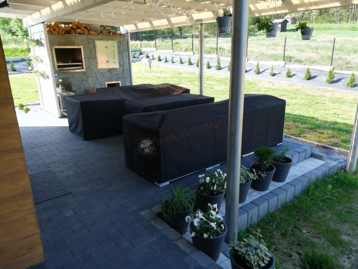 Technorattan zestaw na taras przykryty pokrowcami na meble ogrodowe