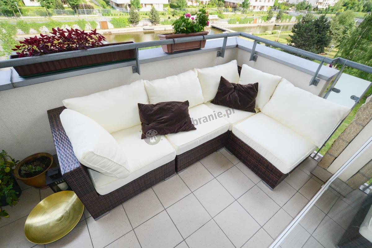 Technorattanowy zestaw balkonowy Nilamito Brown & Ecru ozdobiony brązowymi poduszkami