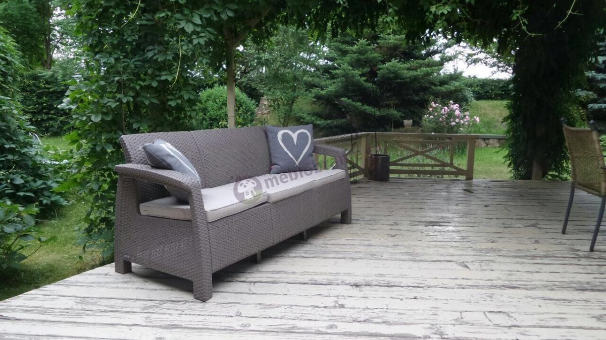 Trzyosobowa sofa do ogrodu w jasnym, kawowym kolorze Corfu Curver