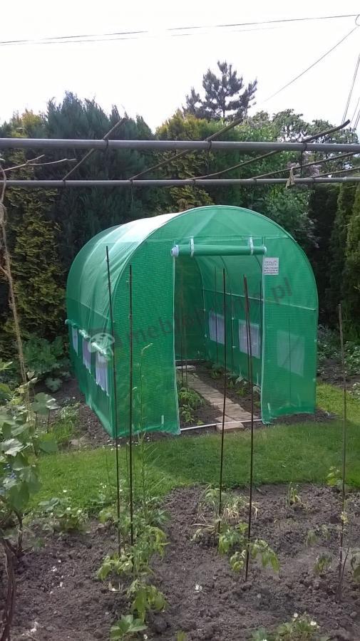 Tunel foliowy do ogrodu z dobudowanym chodnikiem i podwiniętą folią