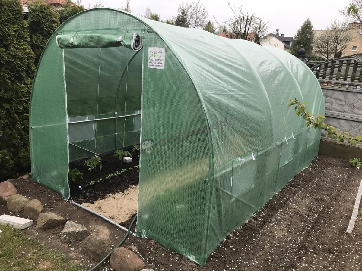 Tunel foliowy foliak na pomidory z zieloną siatką wzmacniającą