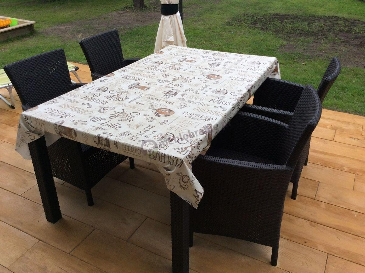 Wygodne fotele ogrodowe i duży stół na tarasie