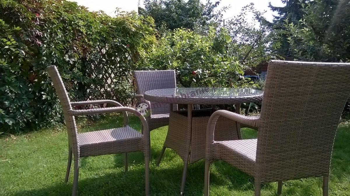 Wygodne krzesła ogrodowe z polirattanu Rimini jasny szary ze stołem Roma
