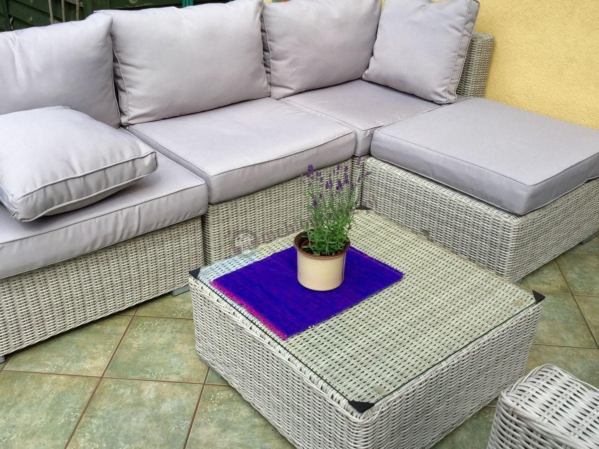 Wygodne meble balkonowe technorattan używane na tarasie