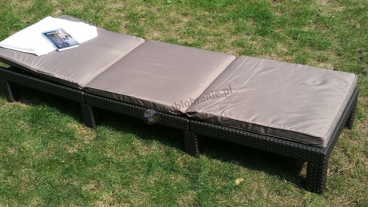 Wygodny leżak ogrodowy z materacem używany do wypoczynku