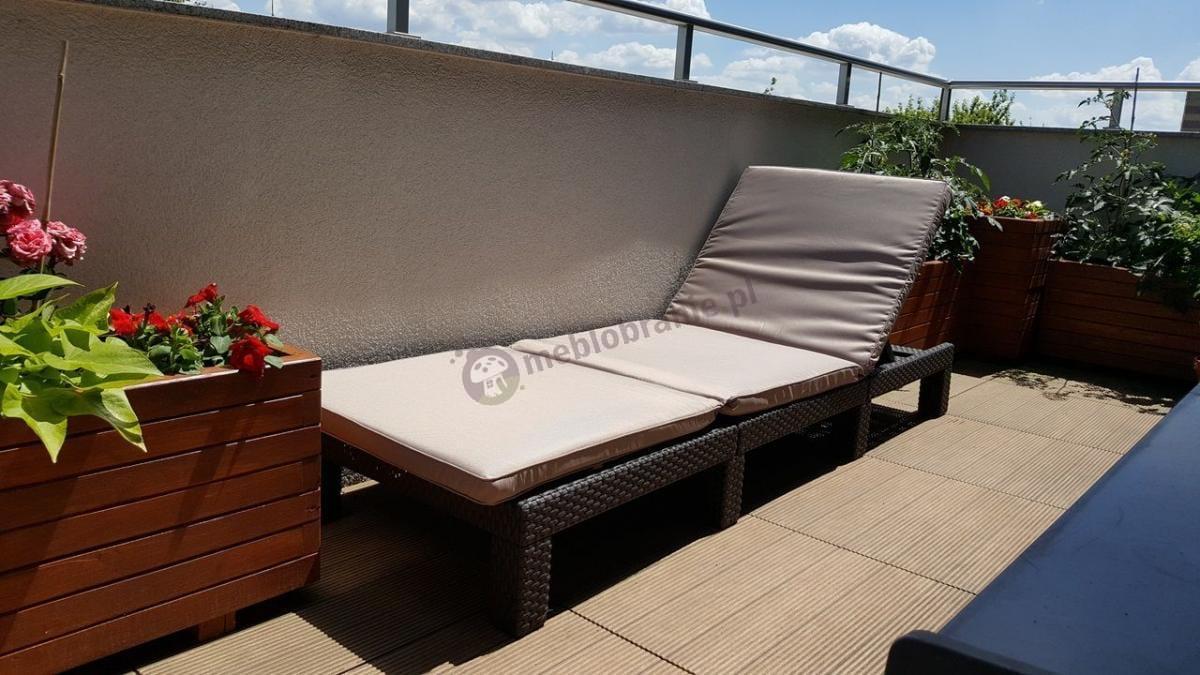 Wygodny leżak ogrodowy z poduszką składany na nasłonecznionym balkonie