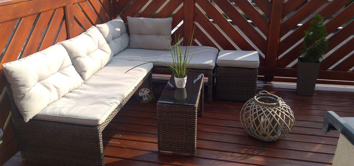Wygodny narożnik na balkon Canvas z pufami oświetlony słońcem