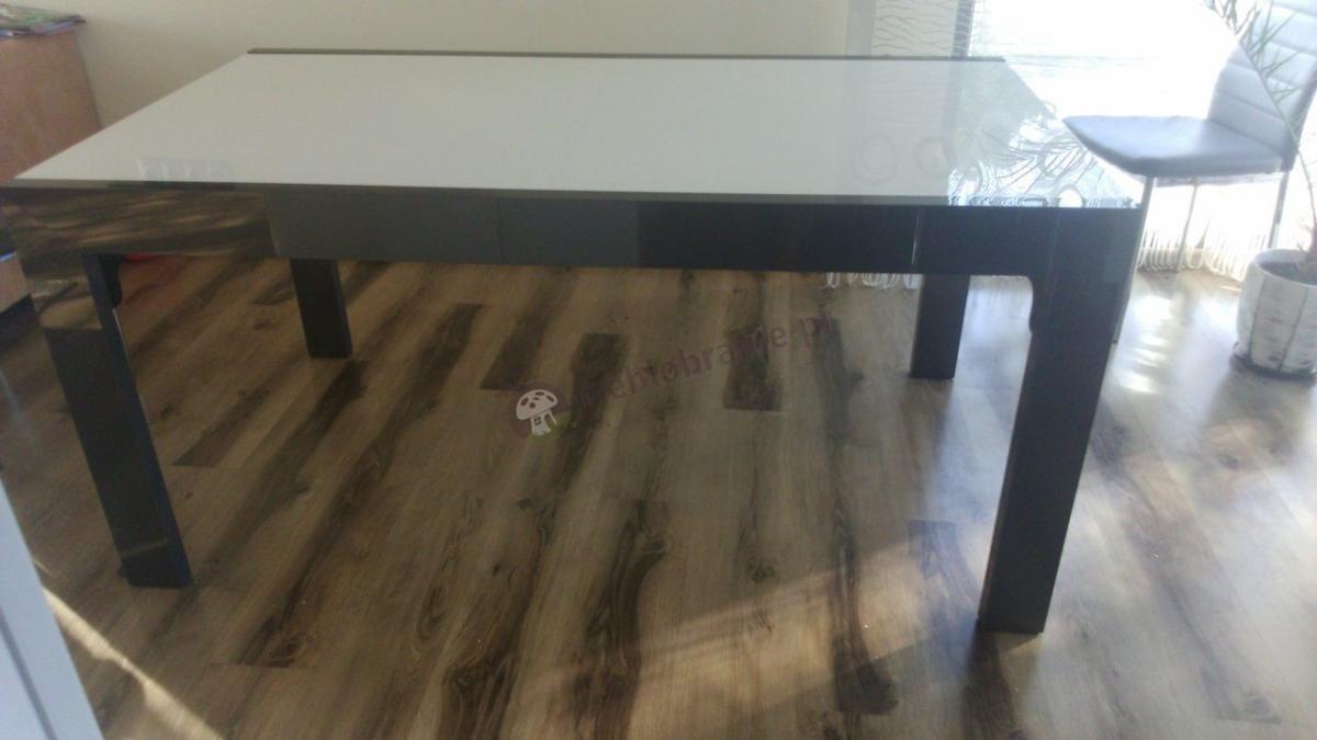 Wygodny stół do jadalni wykończony w bieli i graficie
