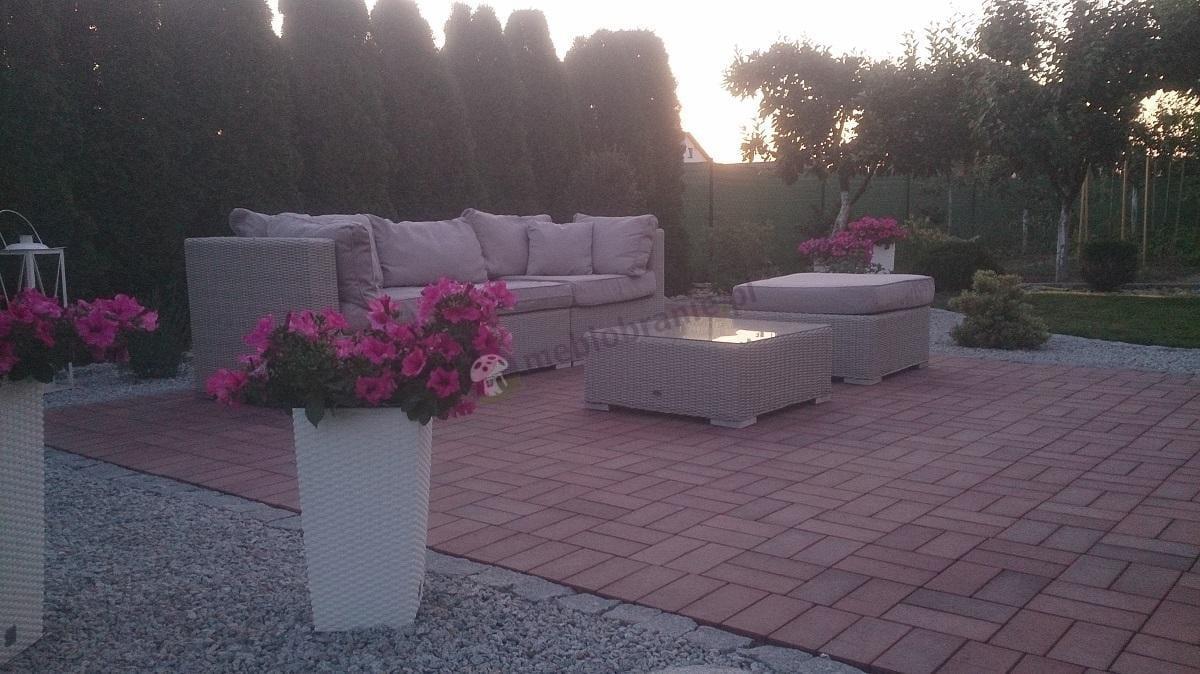 Wypoczynki ogrodowe z technorattanu uzupełnione kwiatową aranżacją