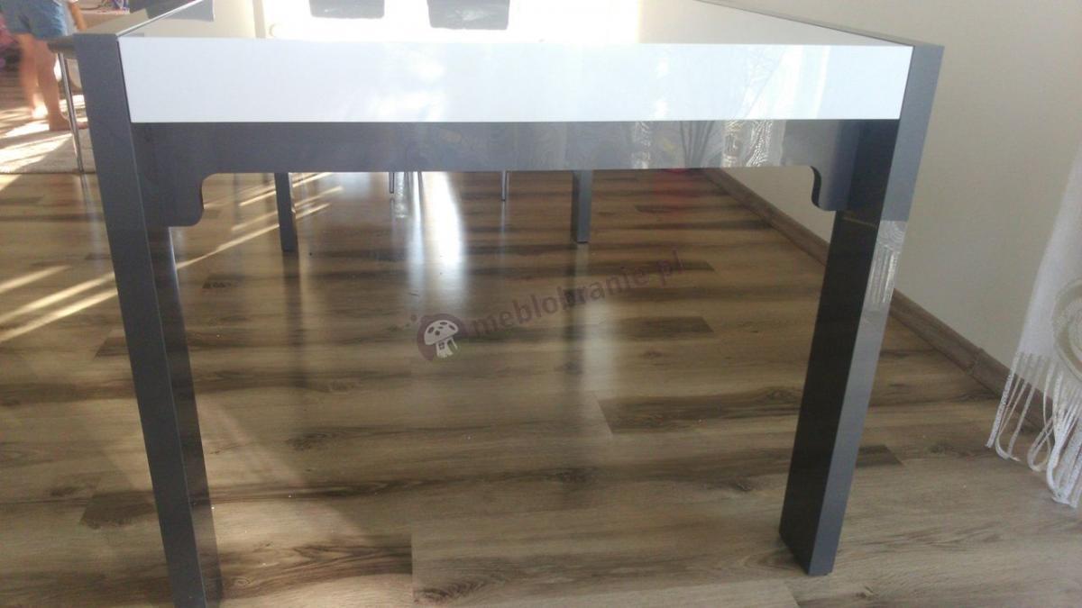 Wysoki stół do jadalni wykończony na wysoki połysk