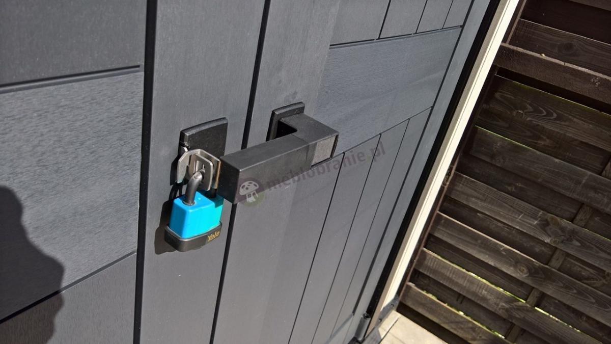 Zamknięcie domku Keter Oakland 7511 zabezpieczone kłódką