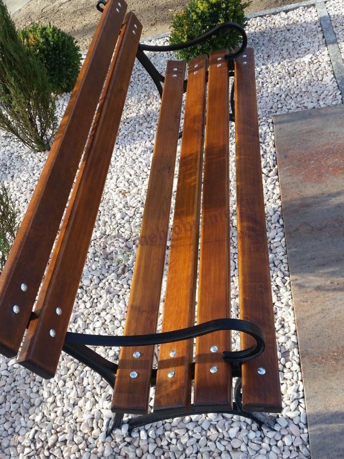 Zbliżenie na ławeczkę ogrodową drewnianą z podłokietnikami