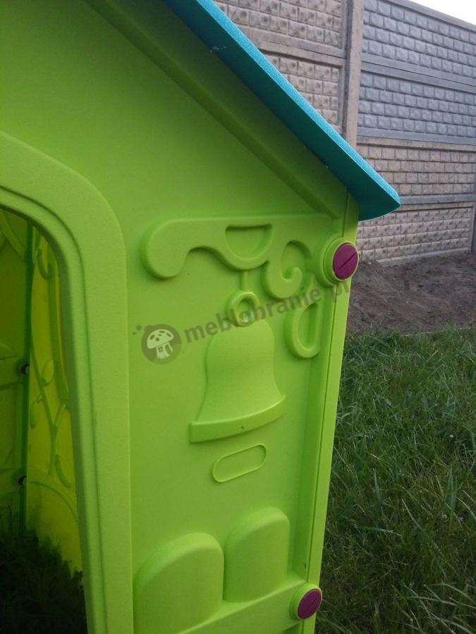 Zbliżenie na wykończenie domku ogrodowego dla dzieci zielonego z niebieskim dachem