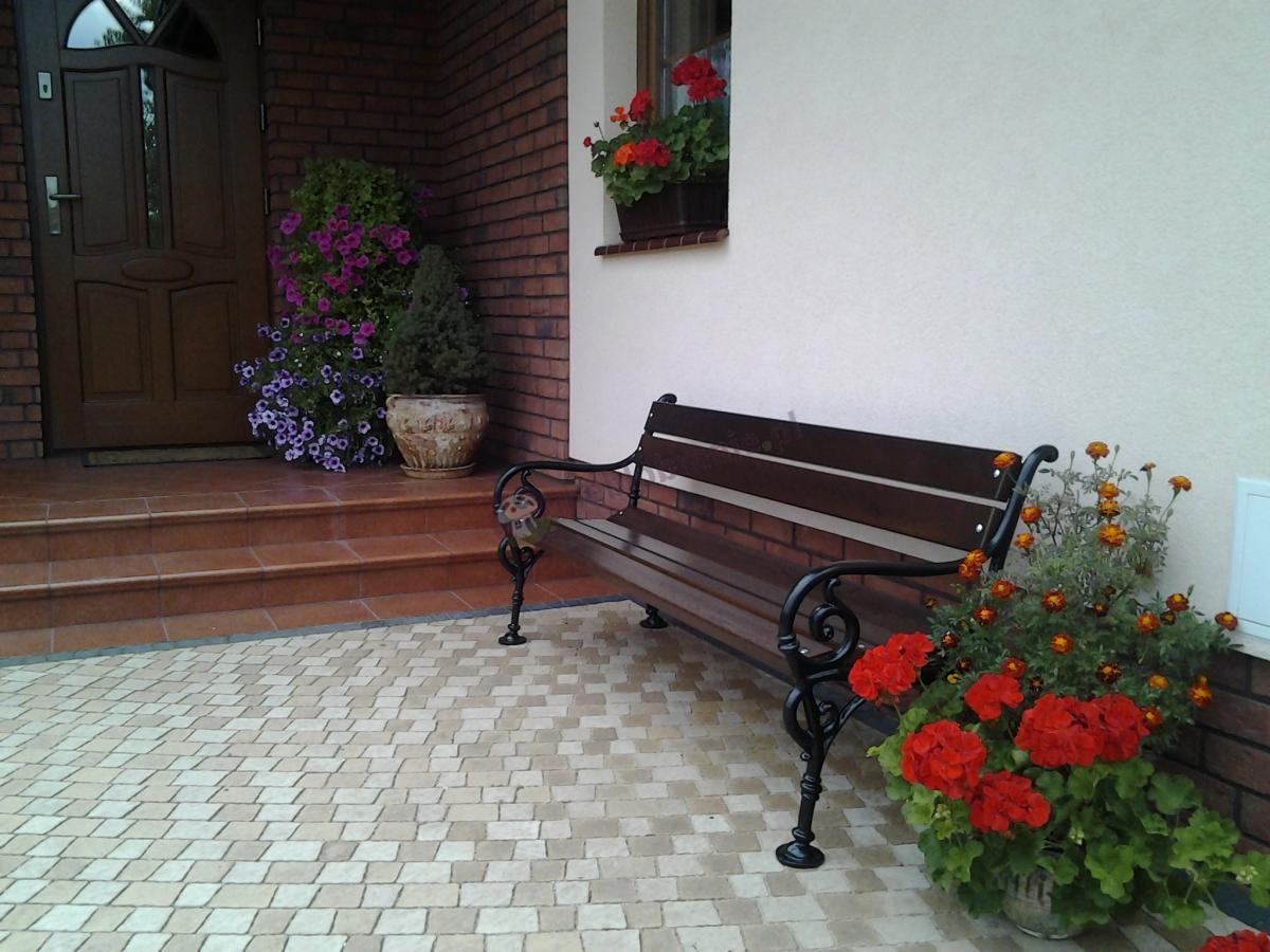 Żeliwna ławka Wiedeńska z eleganckimi podłokietnikami